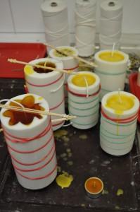 Zum Kerzengießen wird flüssiges Wachs in Formen gegossen.
