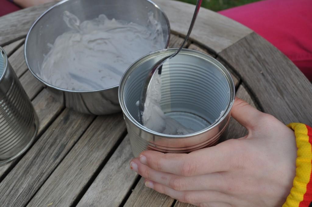 Gips mit Wasser mischen und etwa 2 cm hoch in die Dose füllen. Nun müsst Ihr schnell sein und die Bambus- oder Schilfstückchen mit den Öffnungen nach oben fest hineindrücken.