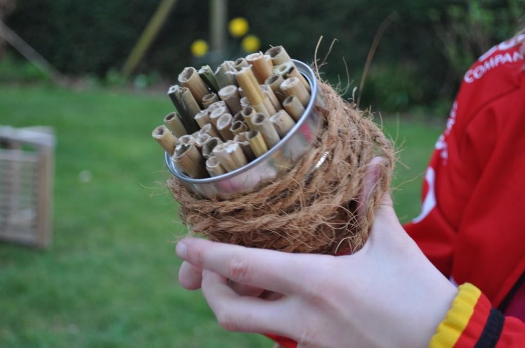 Diese Nisthilfe ist schnell gemacht. Die Dose kann man mit Kokosband oder Wolle umwickeln.