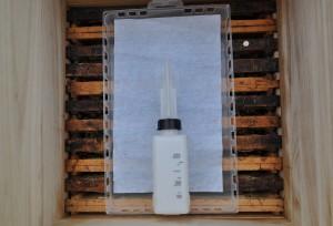 Der Nassenheider Verdunster Professional gibt die Säure gleichmäßig über einen längeren Zeitraum ab. Das schont die Bienen.