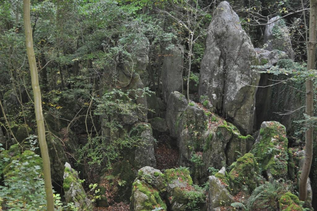 Früher konnte man noch zwischen den Felsblöcken hergehen oder darauf klettern. Weil es immer wieder zu Unfällen kam, gibt es jetzt nur noch den Blick von oben - hier von der Aussichtsplattform.