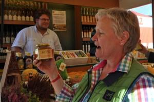 Die Begeisterung für Honig war den Besuchern des Honigmarktes anzusehen - besonders, wenn sie ihn probieren durften.