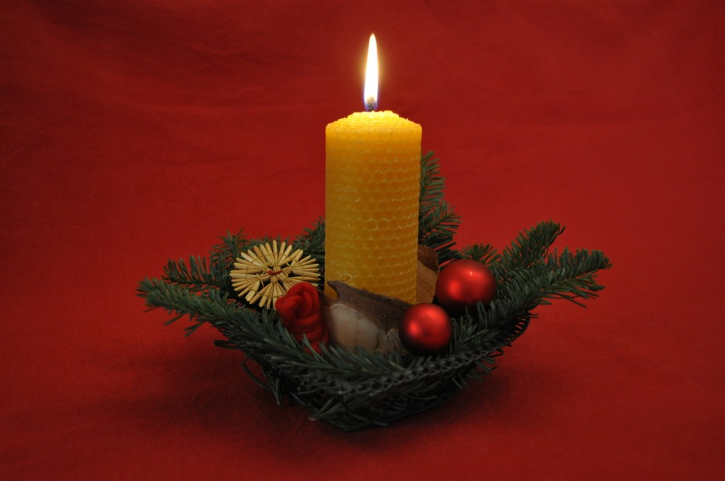Jetzt wird es gemütlich: Aus Mittelwänden lassen sich ganz einfach Kerzen rollen - macht Spaß und duftet gut.