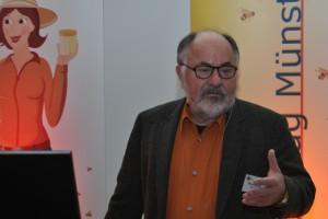 Dr. Wolfgang Ritter referierte über den Naturwabenbau.