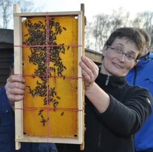 Pia Aumeier führte noch einmal vor, wie sich mittels Schätzrahmen der Futtervorrat bestimmen lässt.
