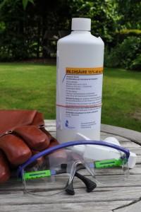 Milchsäure, Zerstäuberaufsatz und wichtig: Schutzhandschuhe und -brille.
