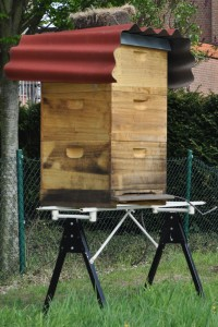 Unten zwei Bruträume, oben der Honigraum und das ganze auf einem recht langbeinigen Gestell - beim Abnehmen des gefüllten Honigraumes werde ich bestimmt Hilfe benötigen.