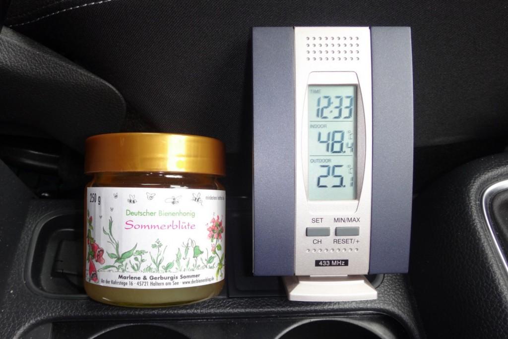 """Die natürliche Kraft der Sonne ausgenutzt im Auto: Unter """"kontrollierten Bedingungen"""" wird der feste Honig wieder flüssig."""