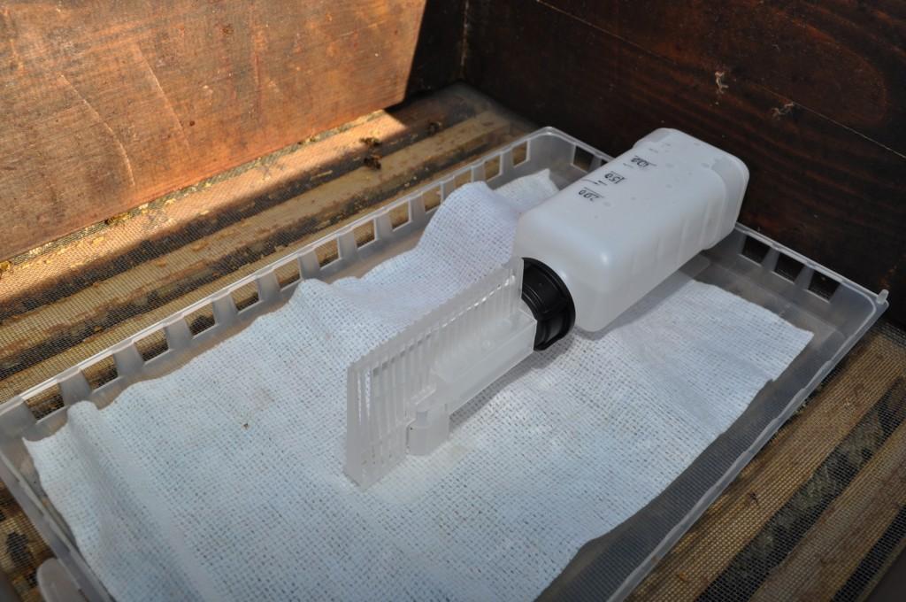 Der Verdunster steht nur getrennt durch die Propolismatte direkt auf den Waben. Habe ihn noch mit Folie abgedeckt, damit der Verdunstungsraum kleiner wird.