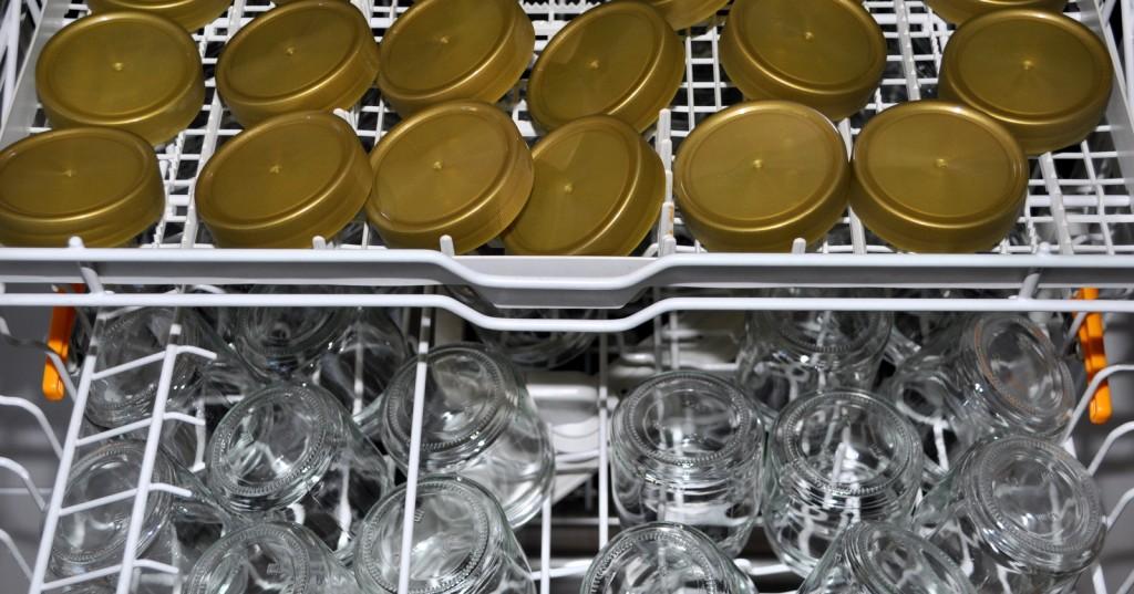 Auch die Gläser werden gespült. Am liebsten lasse ich es die Spülmaschine erledigen. Nur die Deckel sind tropfnass und werden per Hand abgetrocknet.
