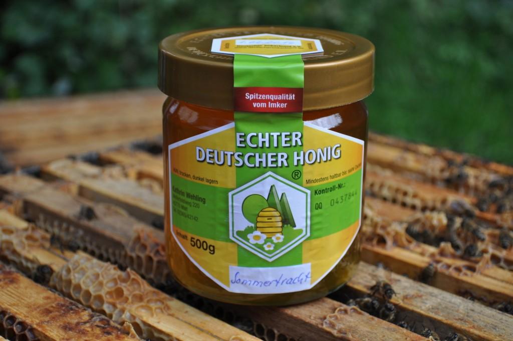 """""""Echter Deutscher Honig"""" steht auf dem Etikett. Heute würde man auf das Wörtchen """"Echter"""" wahrscheinlich verzichten. Aber vor 90 Jahren war es wichtig."""