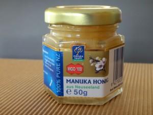 Manuka-Honig stammt aus Neuseeland wirkt im Vergleich mit anderen Honigen stärker antibakteriell.