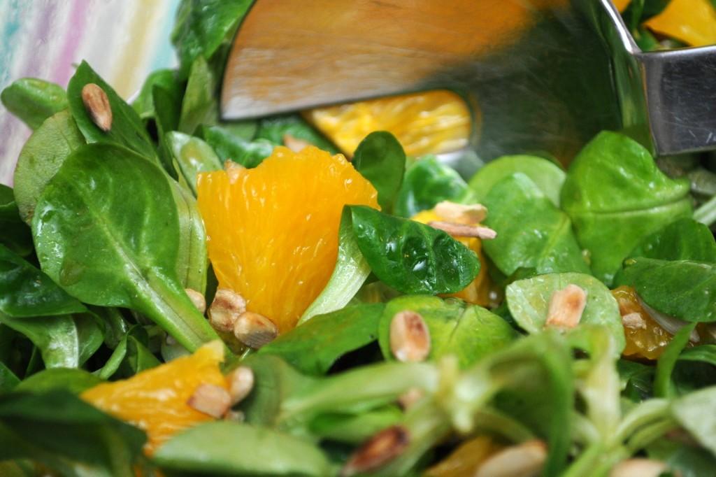 Nüsslesalat mit Orangen und Honig-Dressing