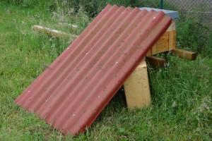 Gestern hat es etwa 40 ml/m² geregnet. Deshalb spendierte ich dem einlaufenden Schwarm ein Dach.