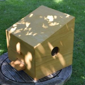 Der Doröper Schwarmfänger hat eine gut handhabbare Größe, ein verschließbares Einflugloch...